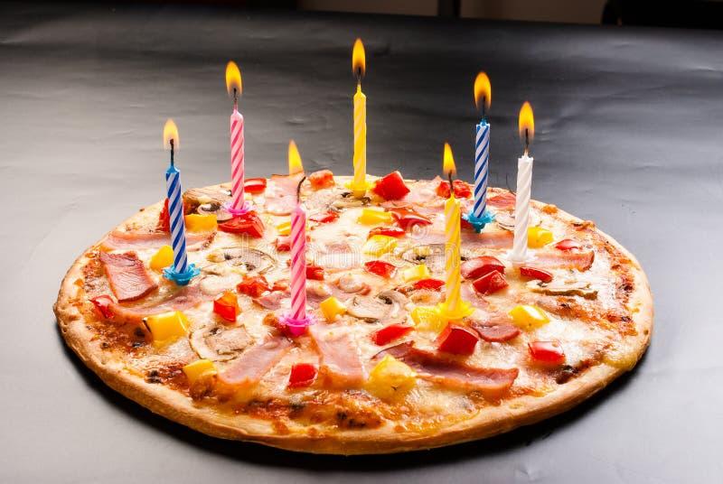 Pizza créative avec des bougies images libres de droits