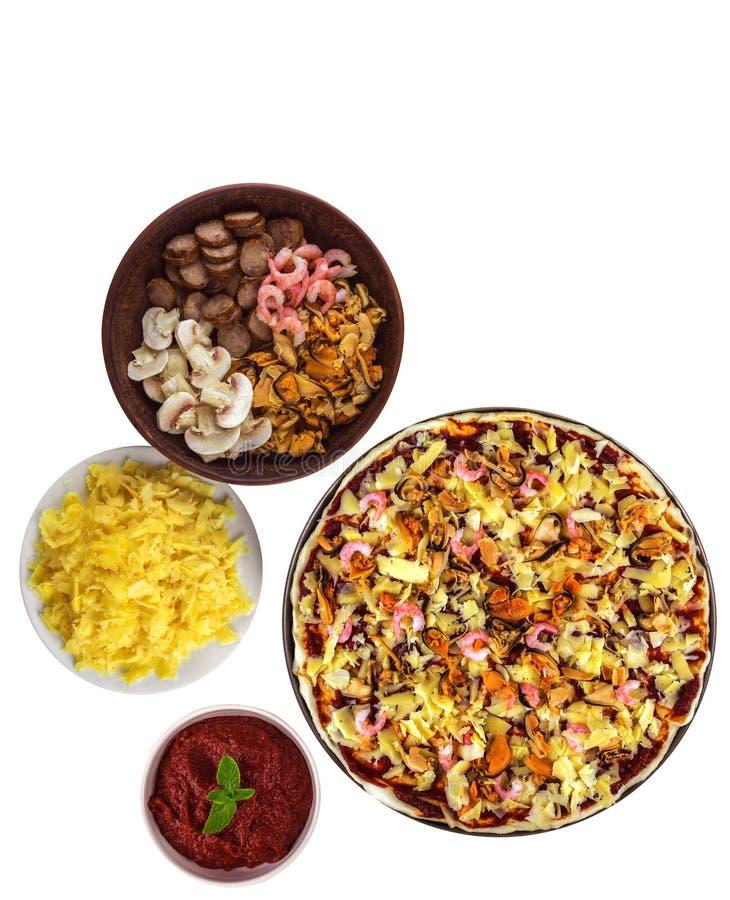 Pizza cruda con las gambas y los mejillones aislados con los ingredientes para imagen de archivo