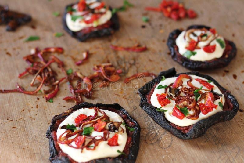 Pizza cruda de la seta del vegano con queso del anacardo fotografía de archivo