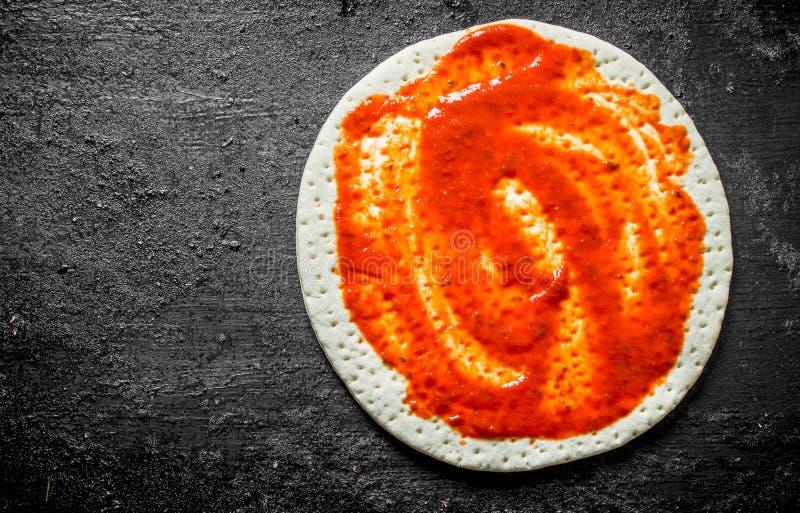 Pizza cruda Pasta srotolata con passata di pomodoro immagine stock libera da diritti