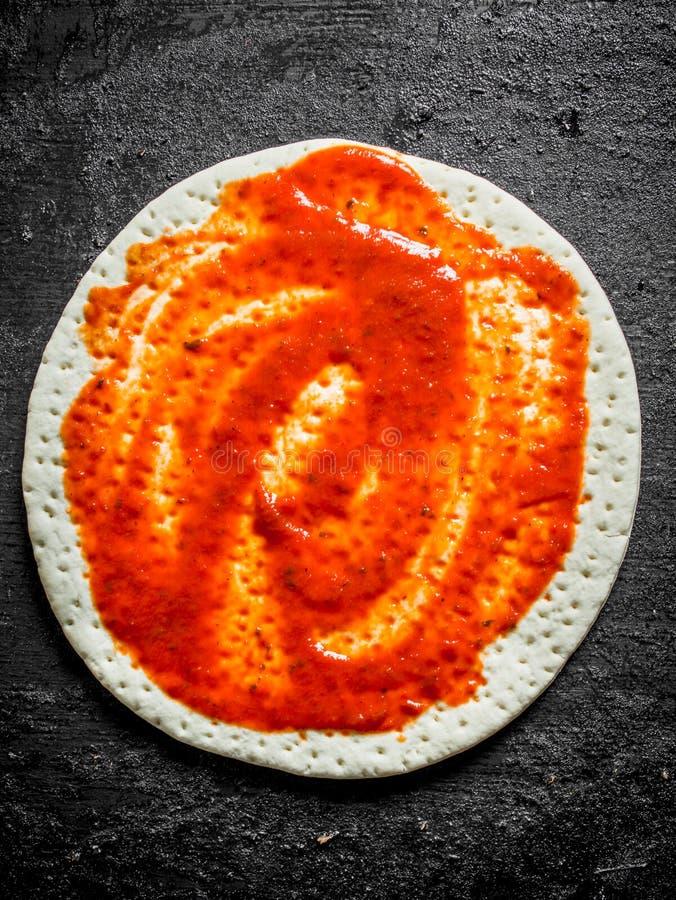 Pizza cruda Pasta srotolata con passata di pomodoro fotografia stock libera da diritti