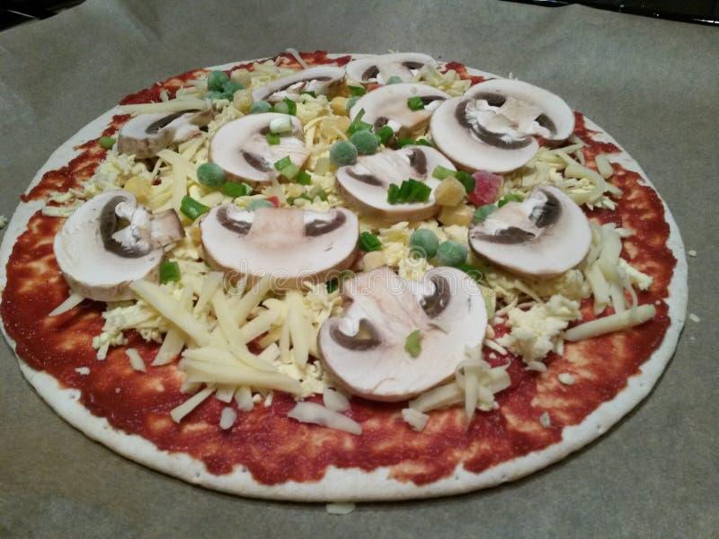 Pizza cruda sulla pentola immagini stock