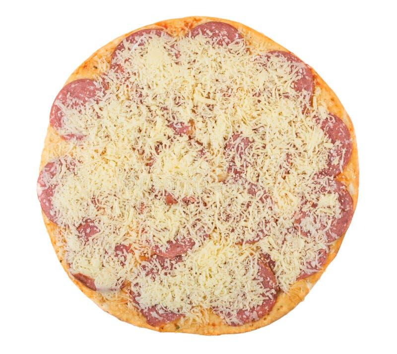 Pizza crue avec la saucisse et le fromage d'isolement sur le backgro blanc photos stock
