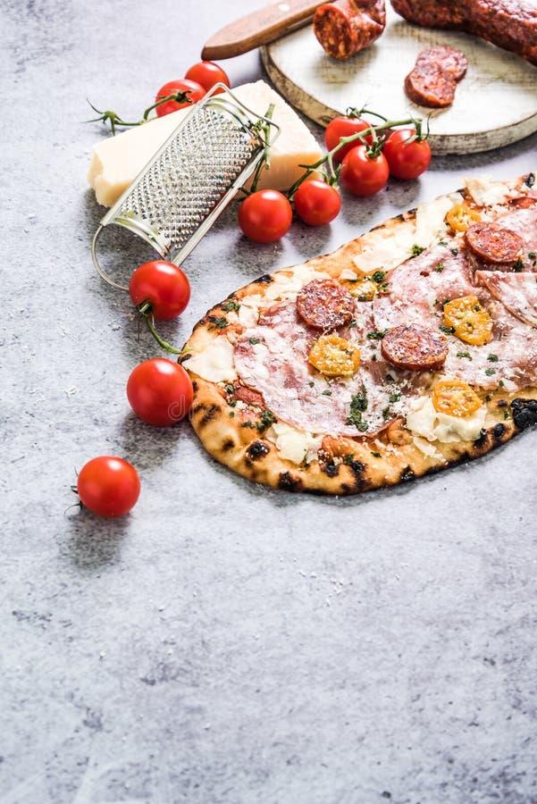 Pizza cuite au four par ovew en pierre traditionnel images stock