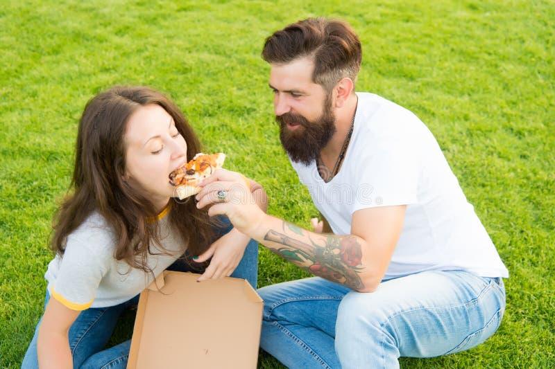 Pizza czas lato pinkin na zielonej trawie bicykli/l?w dzieci rodzinny ojca weekend Para w mi?o?ci datowa? Fast food brodaty mężcz obrazy stock
