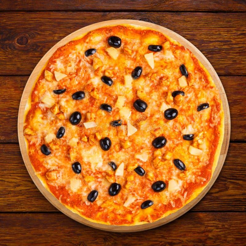 Pizza délicieuse avec l'ananas, le poulet et les olives photos stock