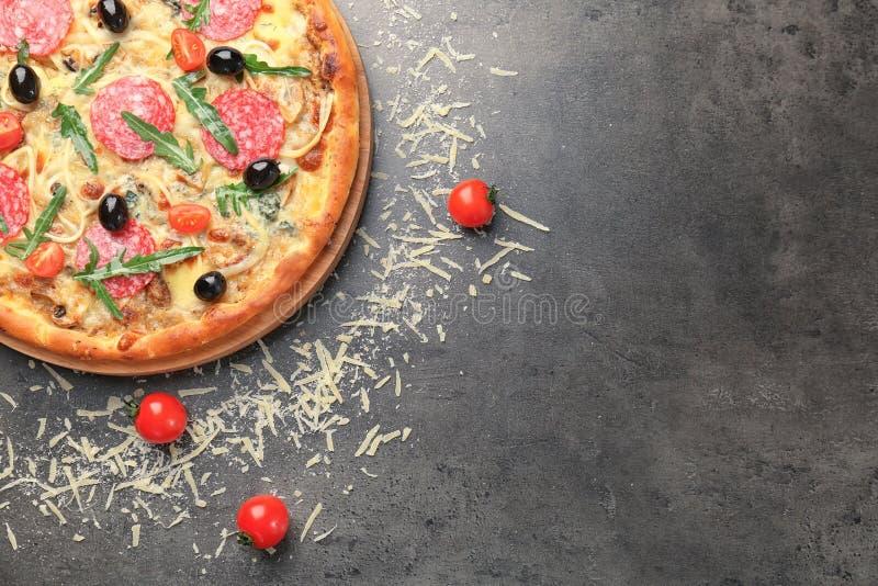 Pizza délicieuse avec le tomatoe photo libre de droits