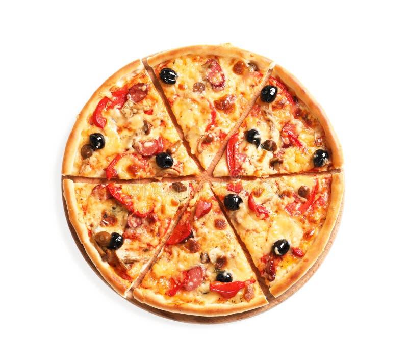 Pizza délicieuse avec les olives et le fromage sur le fond blanc photographie stock