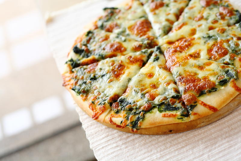 Pizza d'épinards images libres de droits