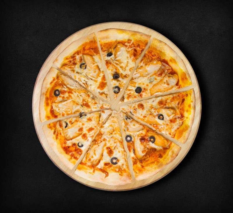 Pizza da galinha do BBQ com azeitonas em um fundo preto fotos de stock royalty free