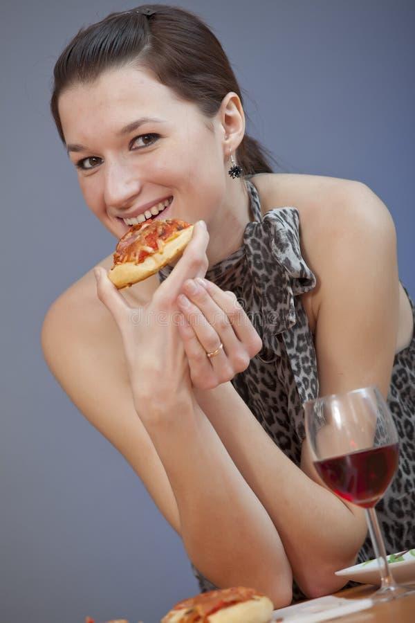 Pizza da terra arrendada da mulher foto de stock royalty free