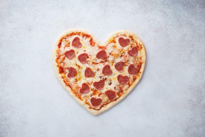 Pizza dada forma coração com pepperoni Menu romântico do dia de Valentim imagem de stock