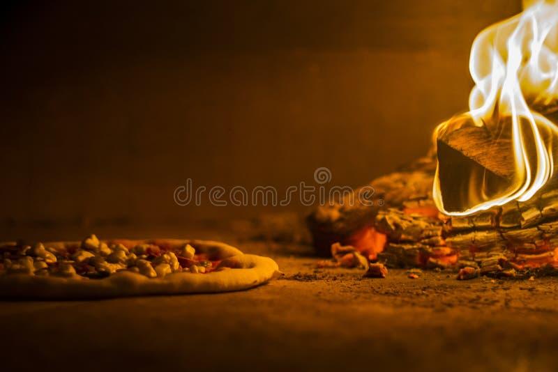Pizza dans le four du feu en bois photos stock