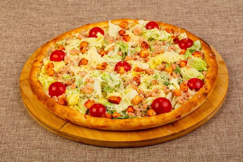 Pizza de César avec la crevette rose photographie stock libre de droits