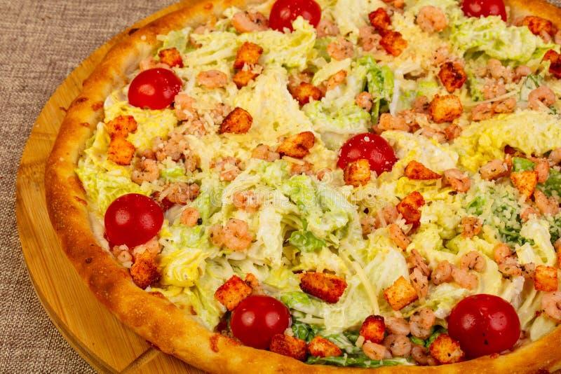 Pizza de César avec la crevette rose images libres de droits