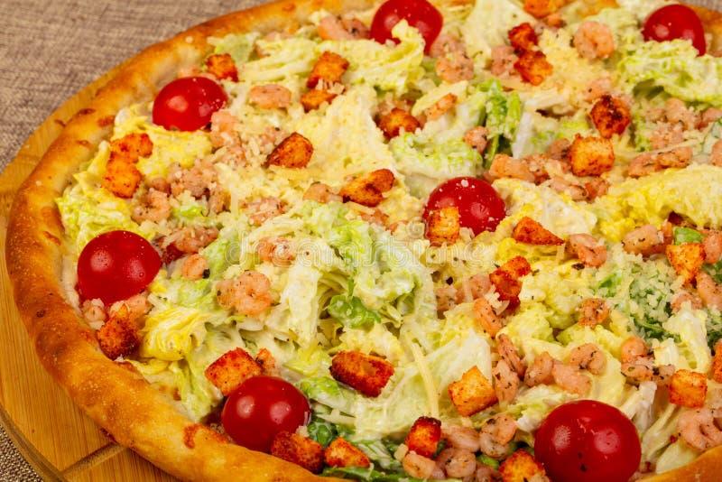 Pizza de César avec la crevette rose image stock