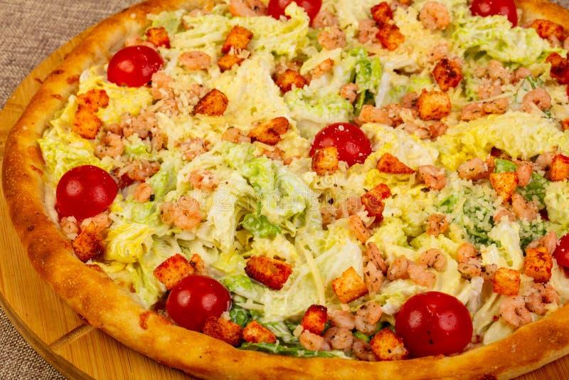 Pizza de César avec la crevette rose image libre de droits