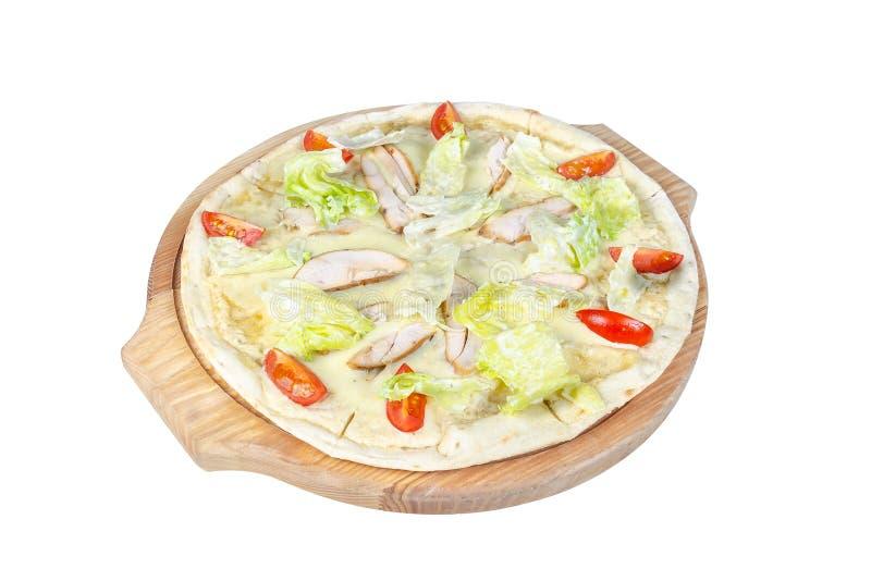 Pizza de César sur une planche à découper ronde d'isolement sur le fond blanc images libres de droits
