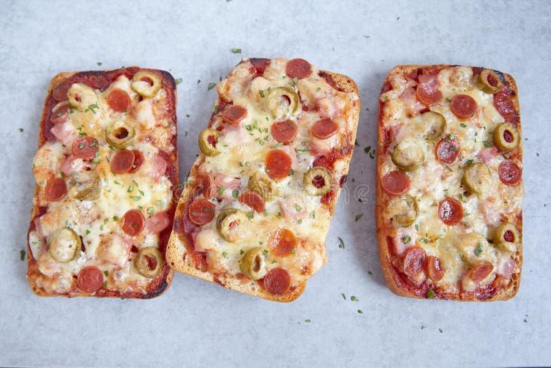 Pizza de Ciabatta con los salchichones imagen de archivo