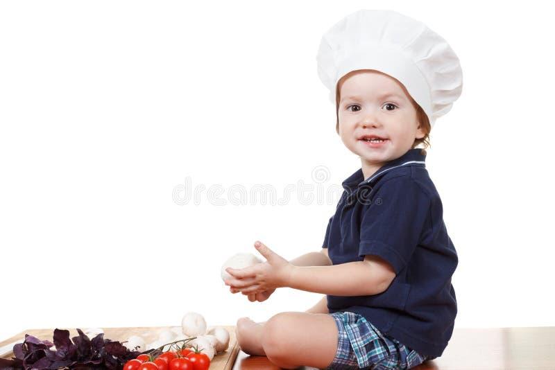 Pizza de cuisinier de petit garçon Plan rapproché d'isolement sur le blanc photo libre de droits