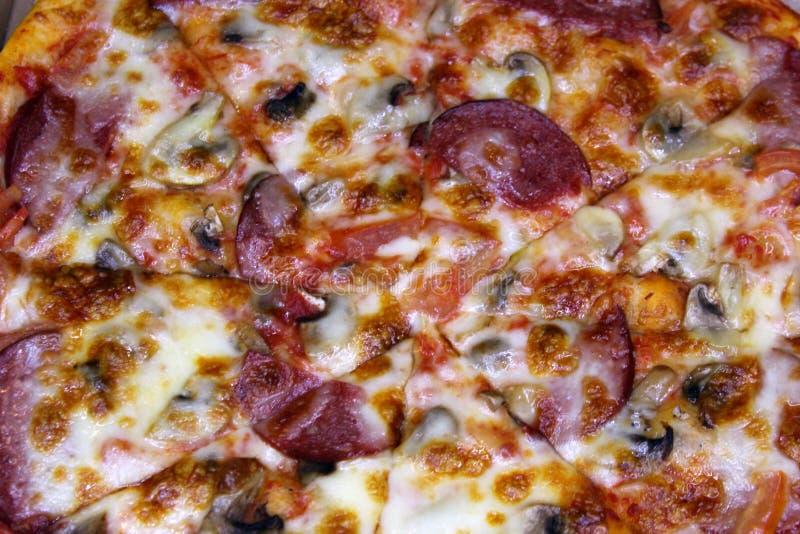 Pizza de Diablo com opinião superior da salsicha picante foto de stock