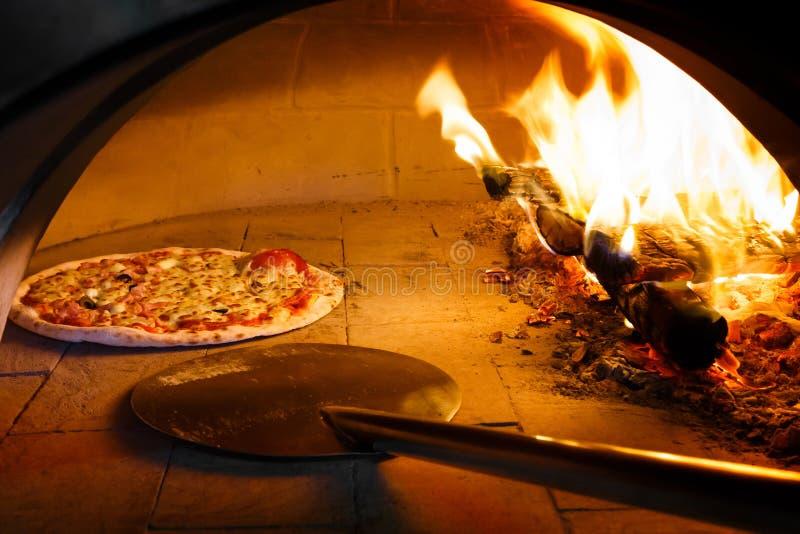 Pizza de four de bois de chauffage photographie stock libre de droits