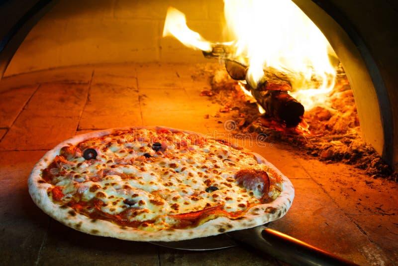 Pizza de four de bois de chauffage images libres de droits