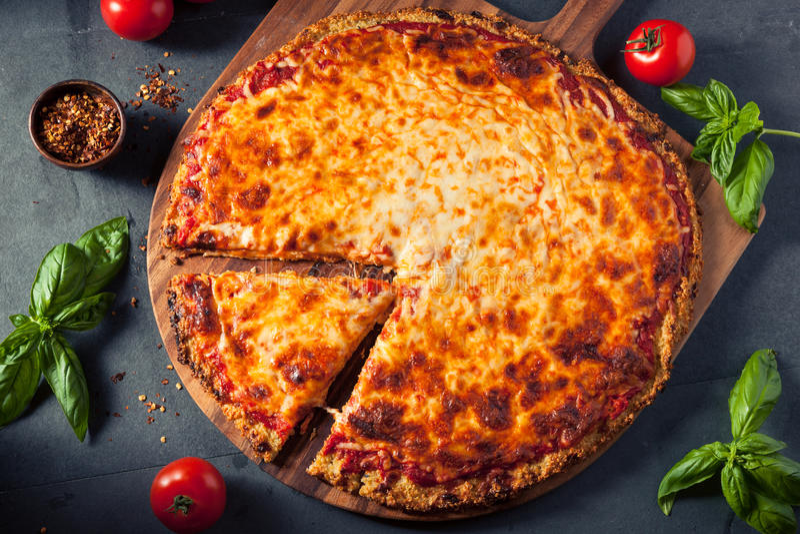 Pizza de fromage faite maison saine de croûte de quinoa photographie stock libre de droits