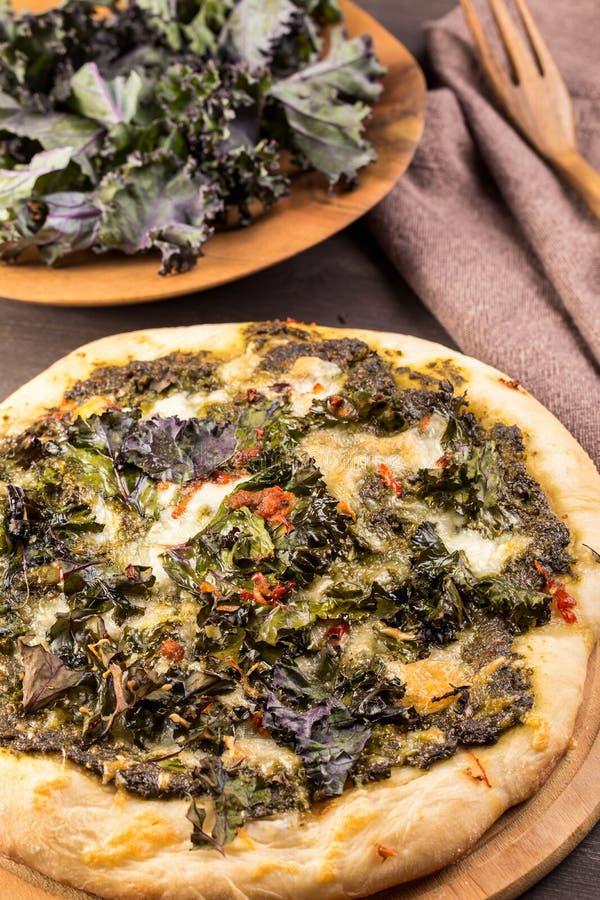 Pizza de la col rizada con la mozzarella imagenes de archivo