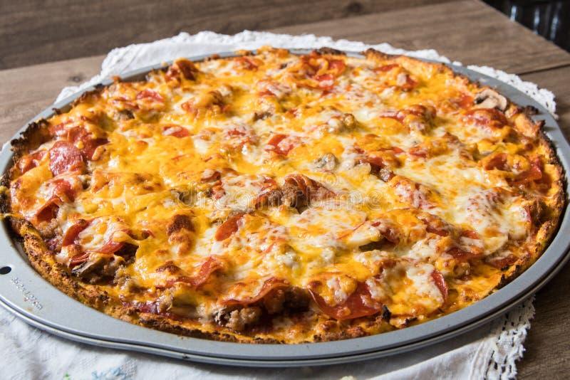 Pizza de la corteza de la coliflor imágenes de archivo libres de regalías