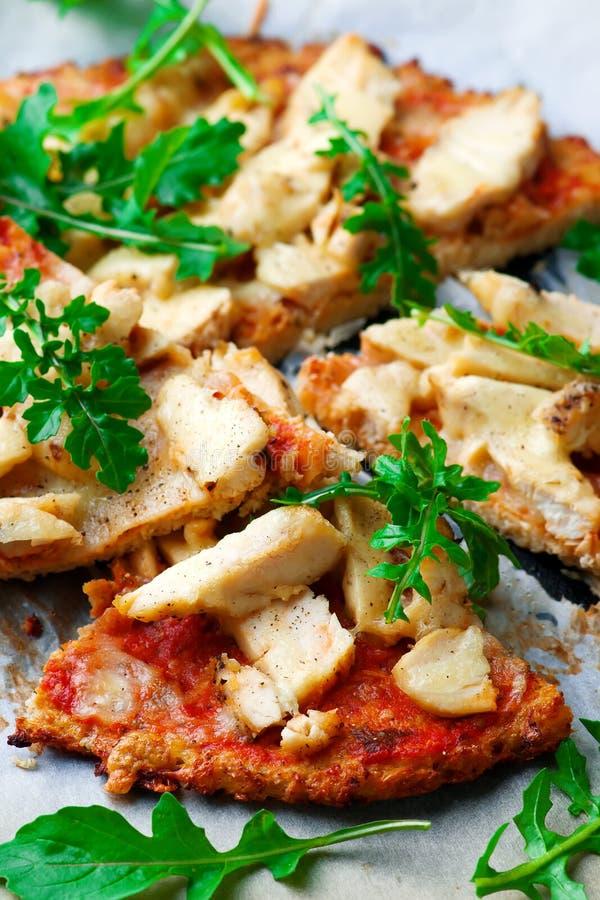 Pizza de la corteza de la coliflor del pollo del Bbq foto de archivo