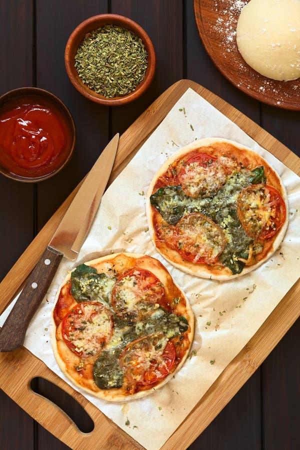 Pizza de la espinaca y del tomate fotografía de archivo libre de regalías