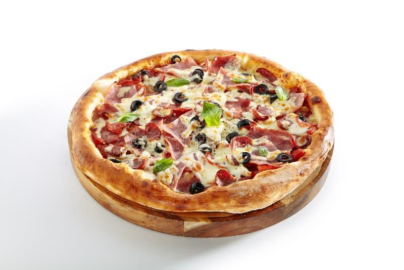 Pizza de la mezcla de la carne con Parma Ham Isolated en el fondo blanco imagen de archivo