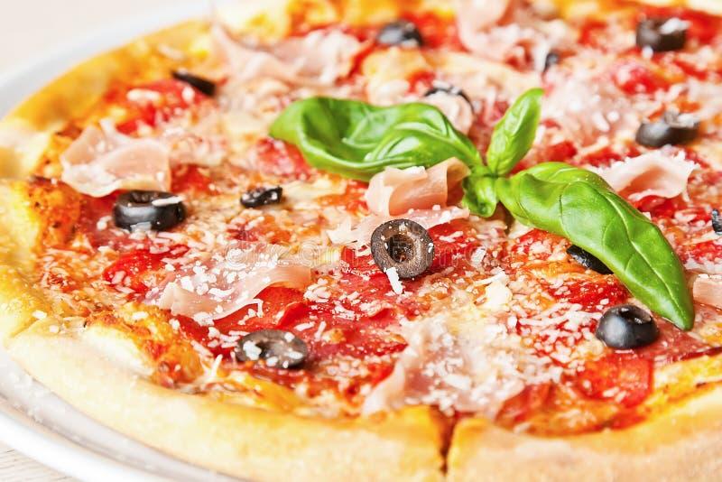 Pizza de la mozzarella del Prosciutto imagen de archivo