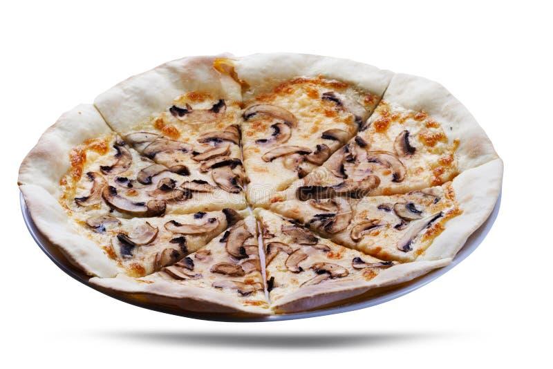 Pizza de la seta Pizza quebradiza deliciosa de la seta con un desmoche y un queso del parmesano que derriten, en una placa Aislad imagenes de archivo