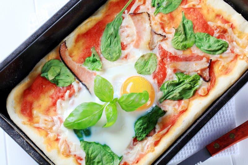 Pizza de lard et d'oeufs photos stock