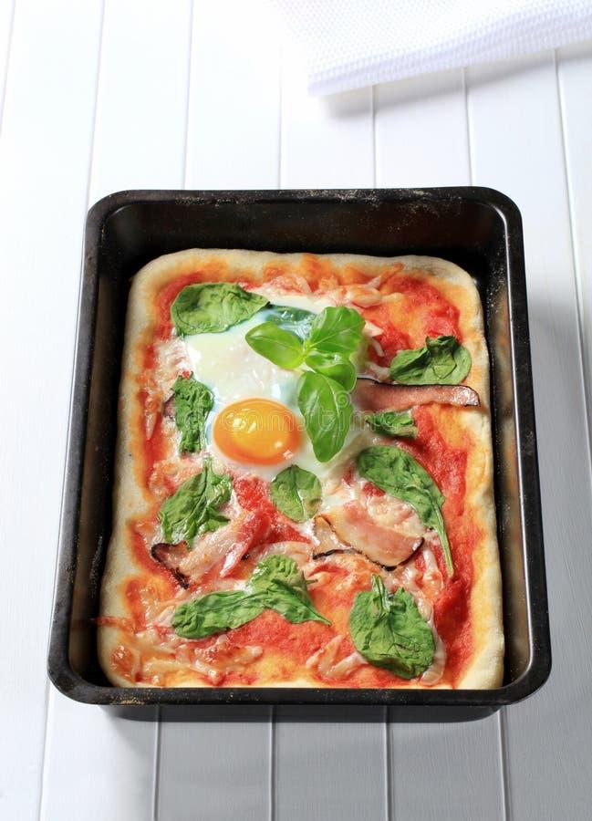 Pizza de lard et d'oeufs image stock