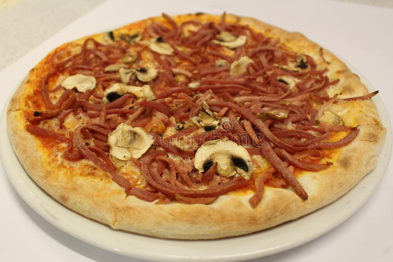Pizza de las setas Un jamón entero con la pizza colorida de las setas imagen de archivo