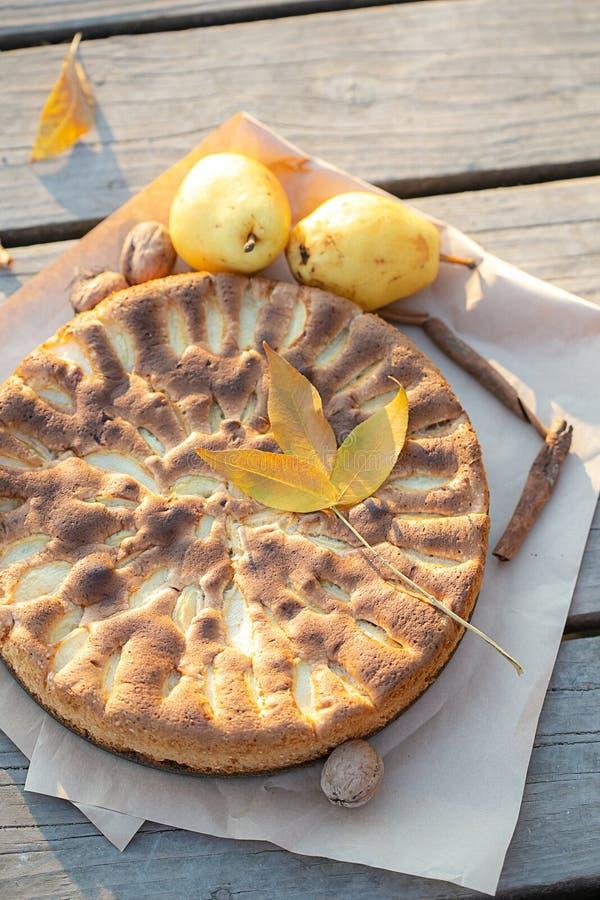 Pizza de maçã e peras frescas de Ação de Graças fotografia de stock royalty free
