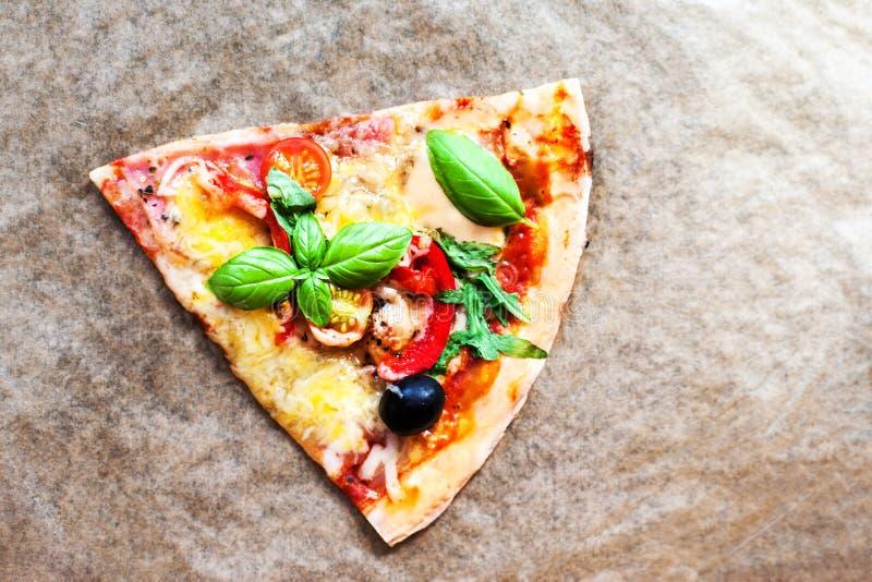 Pizza de Margherita com manjericão fresca Fatia de classi italiano fresco imagem de stock