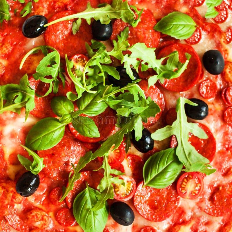 Pizza de pepperoni avec les ingrédients frais d'isolement sur le backgro blanc images libres de droits