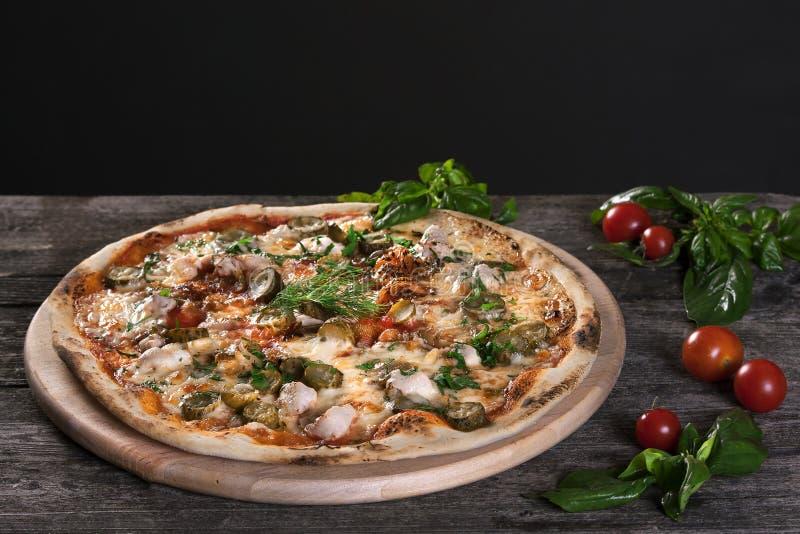 Pizza de Pepperoni com bacon, carne, carne, salmouras, pepinos imagens de stock royalty free