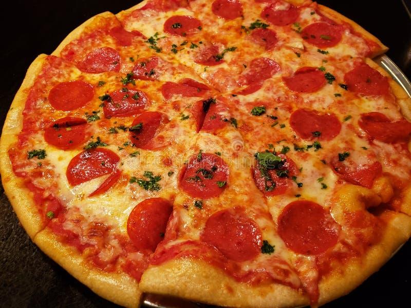 pizza de pepperoni com queijo derretido, alimento italiano tradicional, fundo e textura imagem de stock royalty free