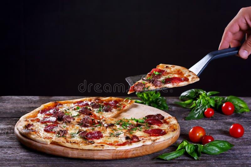 Pizza de Pepperoni com salame, cogumelos, carne, carne e o verde imagem de stock