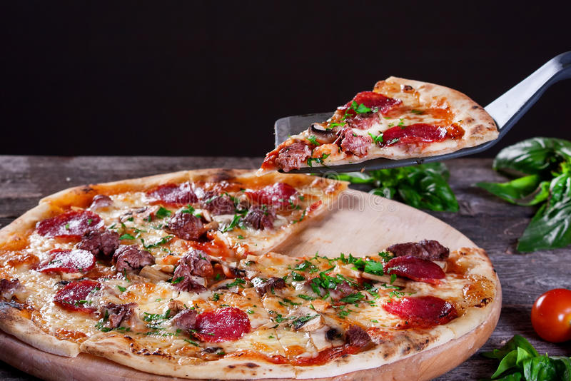 Pizza de Pepperoni com salame, cogumelos, carne, carne e o verde imagens de stock
