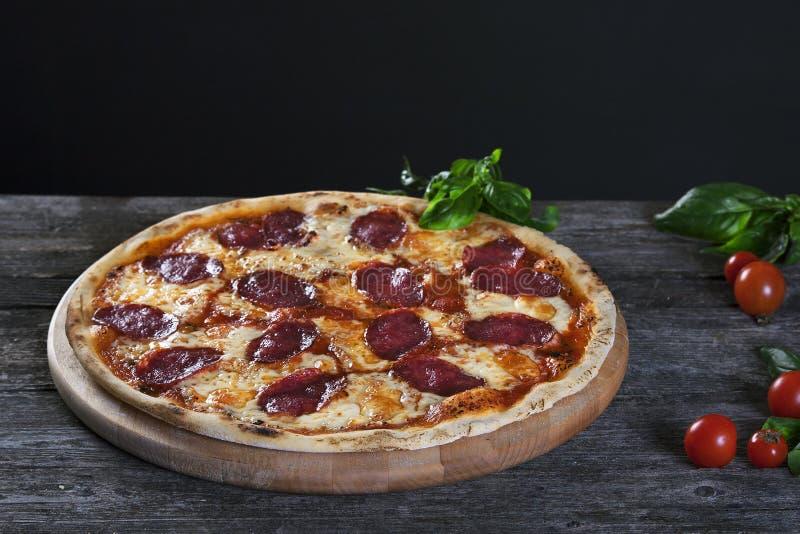 Pizza de Pepperoni com salame e queijo imagem de stock royalty free