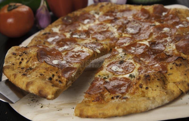 pizza de pepperoni coupée en tranches photos stock