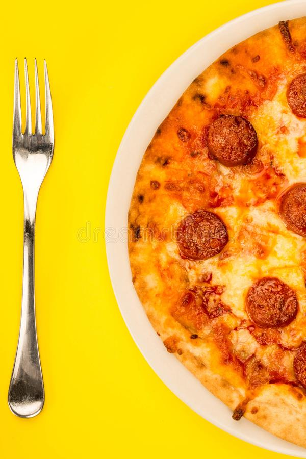 Pizza de pepperoni cuite au four par style italien image libre de droits