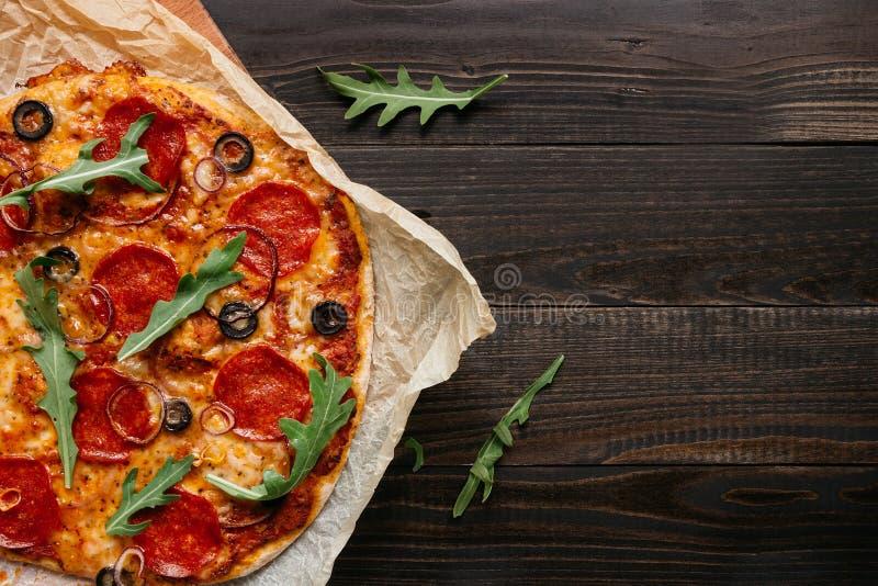Pizza de pepperoni délicieuse sur la table en bois avec l'espace de copie, vue supérieure images stock