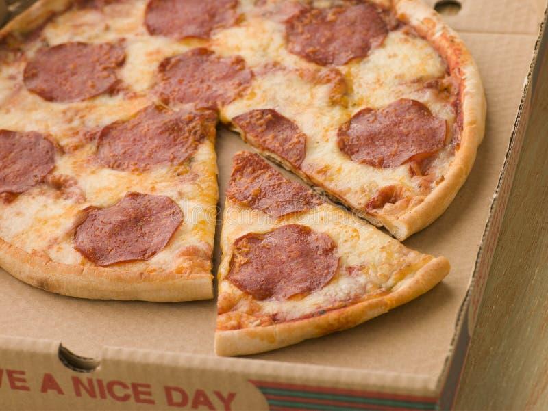 Pizza de Pepperoni em uma caixa levar embora imagens de stock